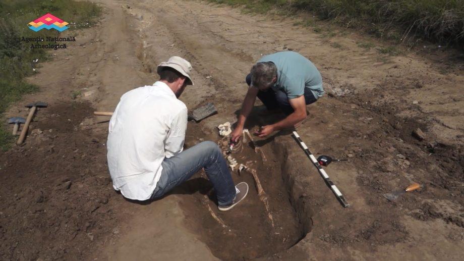 (video) Arheologii au descoperit zeci de morminte de inhumație chiar în mijlocul drumului