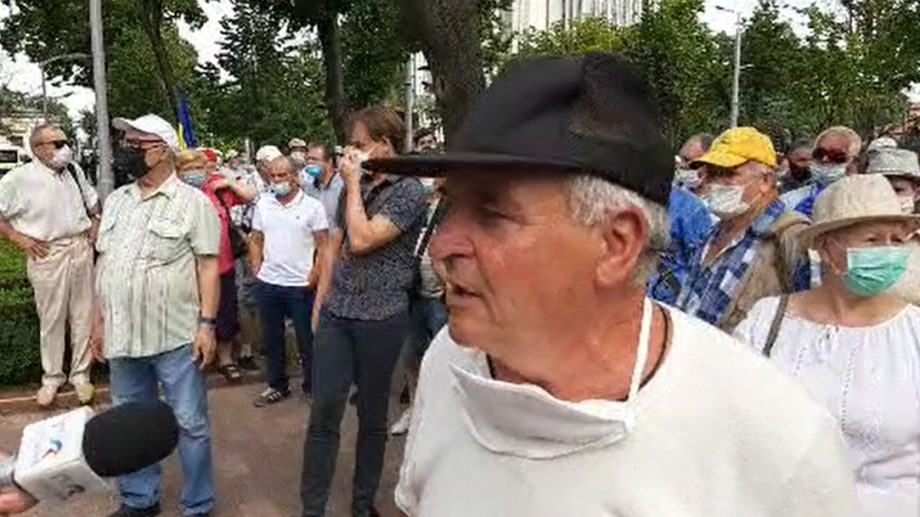"""(video) Protestele revin în centrul Capitalei. Veteranii Războiului de pe Nistru strigă """"Demisia"""" în fața parlamentului"""