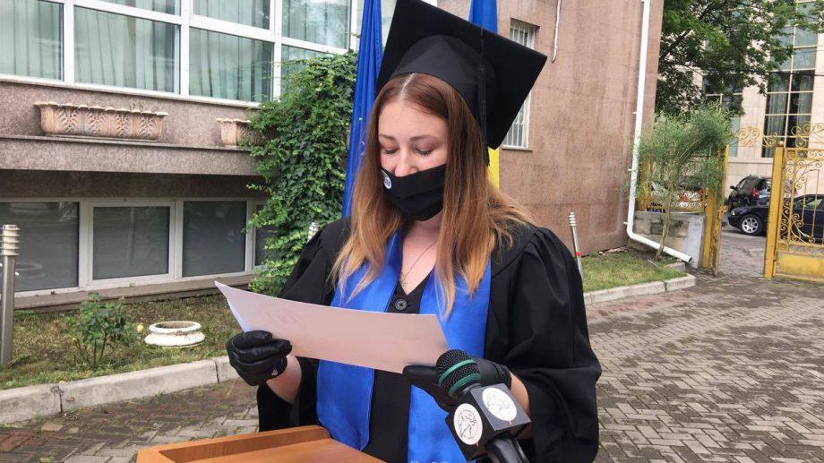 (foto) Premieră pentru Moldova. Prima generație de studenți de la Jurnalism care semnează Codul deontologic la ceremonia de absolvire