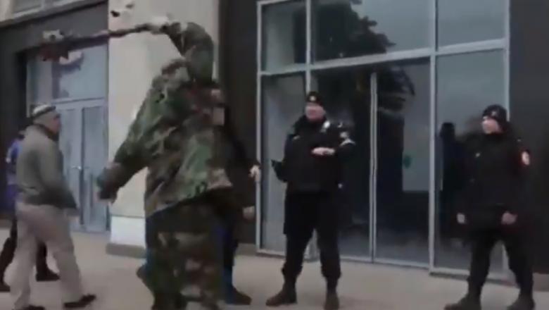 (video) Bărbatul care a spart ușa guvernului cu buzduganul este trimis în judecată. Ce pedeapsă riscă acesta